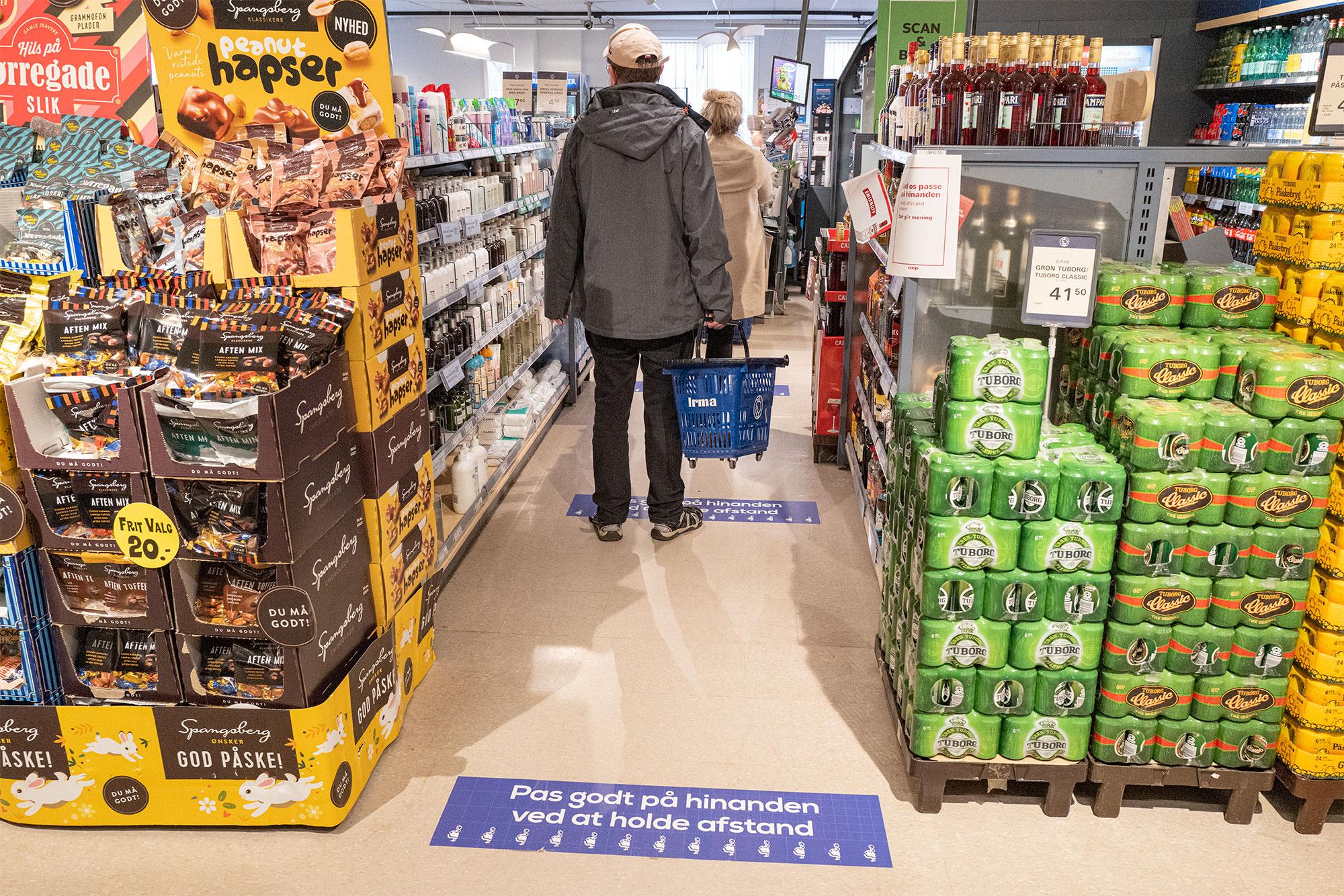 Dragørs supermarkeder har rigeligt med varer, og man har taget myndighedernes opfordringer til sig. Der sørges for information og luft mellem kunderne– som her i Irma på Neels Torv. Foto: TorbenStender.