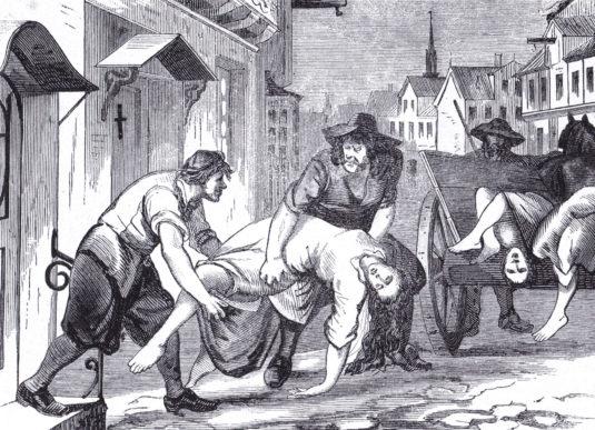 »Pesten i Kjøbenhavn 1711 – man bortbærer de pestsyge«. Bemærk korset på døren, som markering af at huset er smittefarligt. Træsnit fra 1800-tallet. Foto: Historisk Arkiv Dragør.