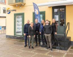 EDC Living-holdet samlet uden for butikken på Vestgrønningen den 9. marts i år – i dag mødes man i stedet for via computer og mobiltelefoner. Foto: Mikael Sonne.