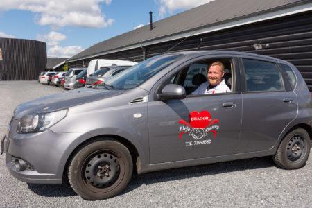 Martin Mouritzen klar til at rykke ud i en af firmaets biler. Foto: Hans Jacob Sørensen.