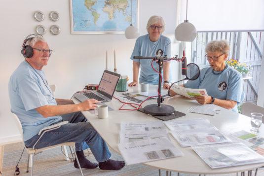 Produktion af lydavisen er i fuld gang i det midlertidige studie. Fra venstre ses Flemming Nielsen, Wiebke Zickert og Winnie Walløe. Foto: Hans Jacob Sørensen.
