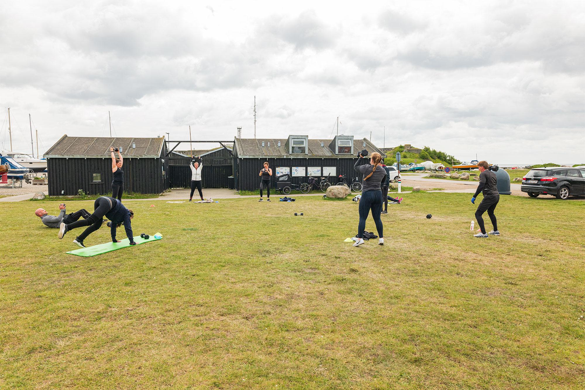 Genåbningen af fitnesscentre er først med i fase tre – og der er endnu ikke fastsat en dato for, hvornår det kan forventes at ske. En gruppe træningshungrende havde sat hinanden stævne til en omgang træning på ved grønne område ved Ny Havn. Foto: TorbenStender.