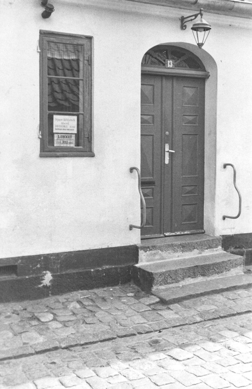 Bibliotekets indgangsparti på Von Ostensgade 13, hvor lokalarkivet hørte til de første år. Arkivet flyttede i 1966 med biblioteket til Sadolins Hus på Vestgrønningen 18–20. Foto: Historisk Arkiv Dragør.
