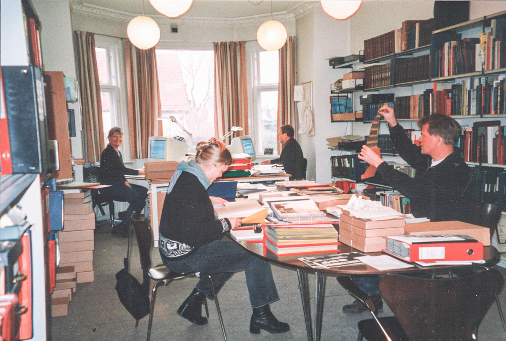 Ved skrivebordet i ses Mette Maltesen (til venstre) og Jørgen D. Petersen. Billedet er fra marts 2001 – kort tid før arkivet flyttede til dets nuværende lokaler i det gamle rådhus. Foto: Historisk Arkiv Dragør.