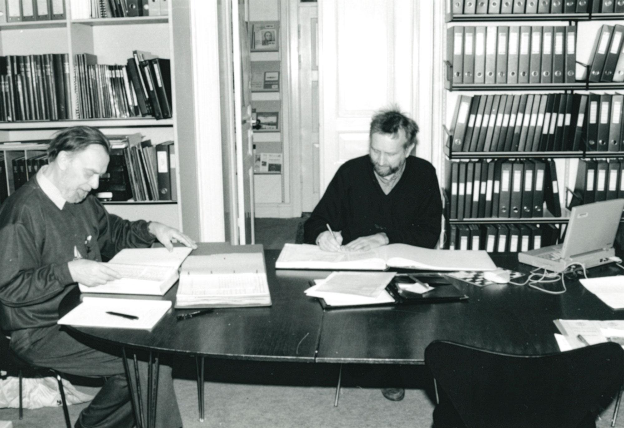 På lokalarkivets læsesal på Stationsvej 9 ses Tage Eriksen og Regnar Walløe. Billedet stammer fra 1997. Foto: Historisk Arkiv Dragør.