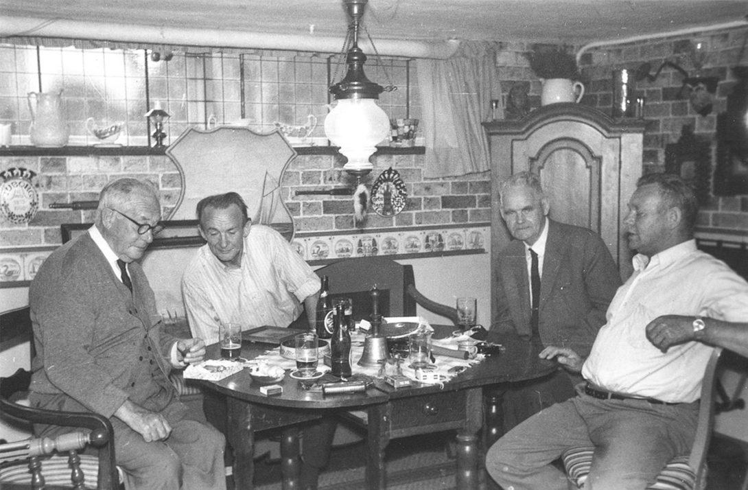 Arkivet laver båndoptagelse. På billedet, der stammer fra 1969, ses (fra venstre) Cornelius Adrian Petersen, Svend Jans, Peter Taarnby og Hans Duhn. Foto: Historisk Arkiv Dragør.