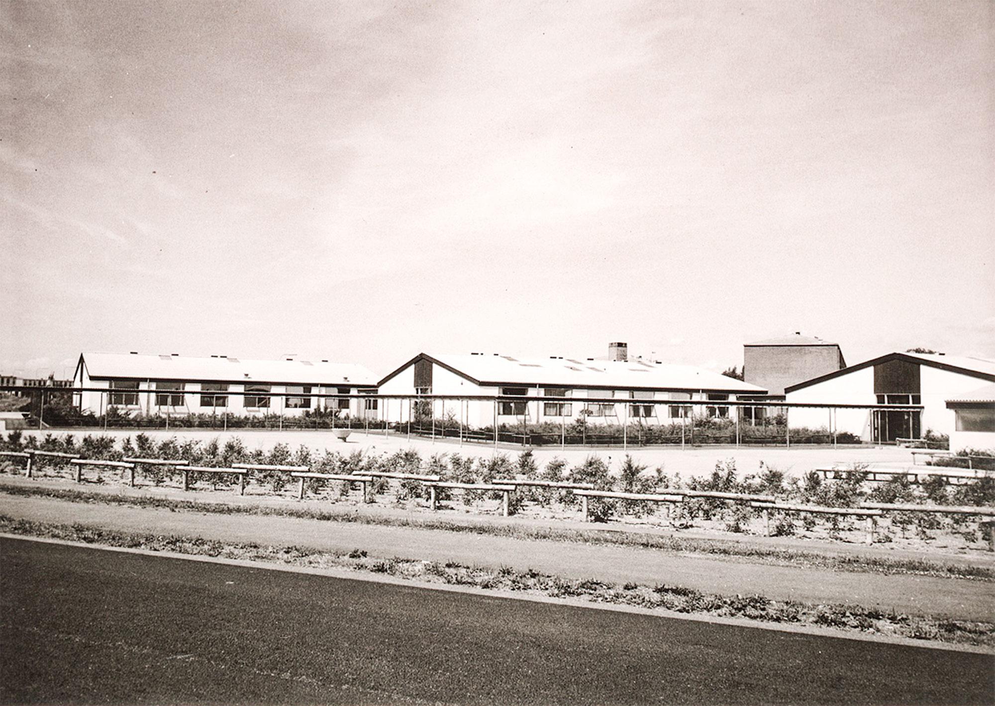 Skolen ved Vierdiget fotograferet fra vandsiden ud for Cafe Sylten. 1964. Foto: Historisk Arkiv Dragør.