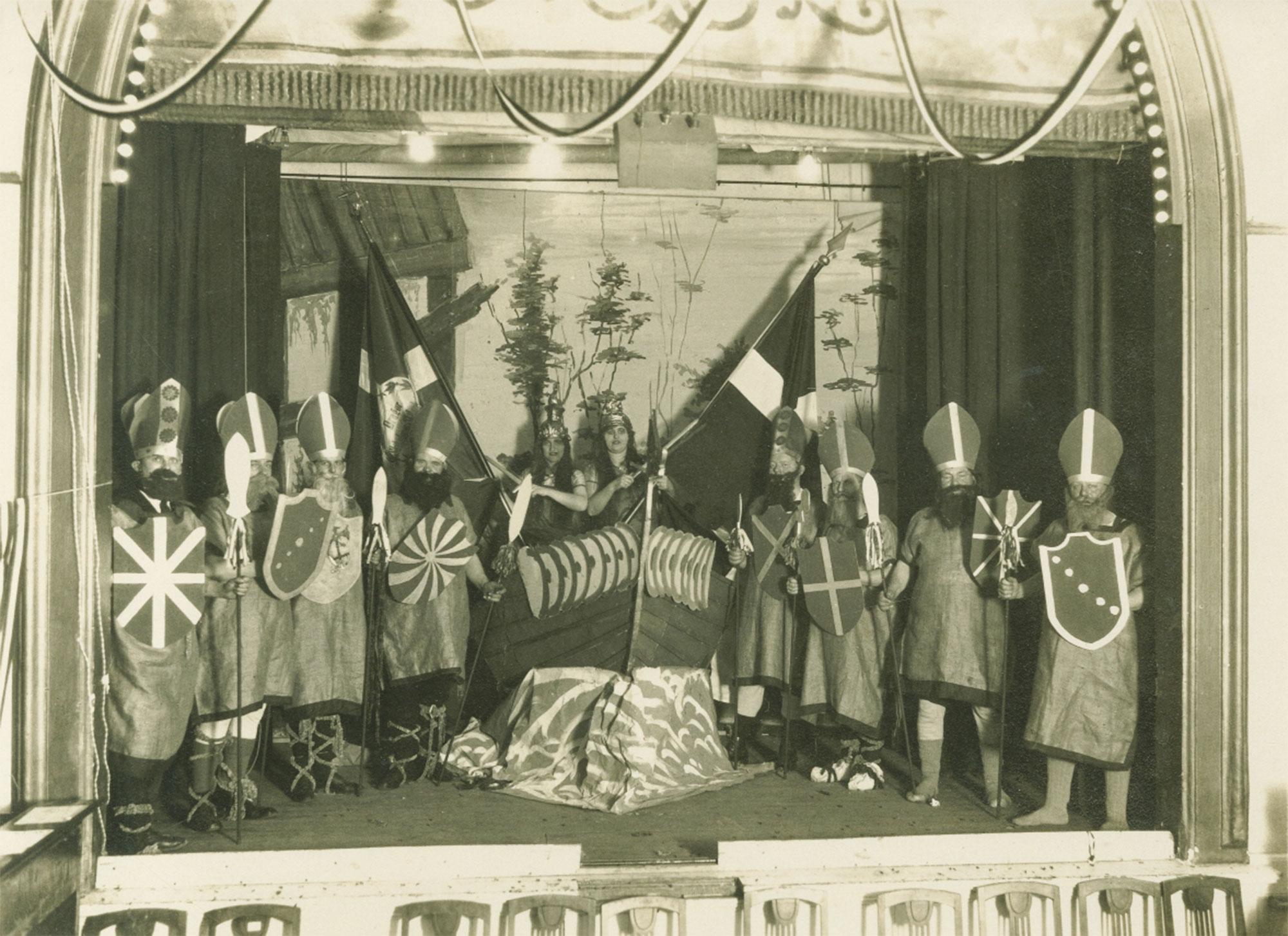 Sangen »Ship Ohoi«, der er kendt i Dragør under titlen »Raske Skipper«, afsynges ved revypremiere i Dragør Skibsfører- og Skibsrederforening på Dragør Strandhotel i marts 1928. Foto: Historisk Arkiv Dragør.