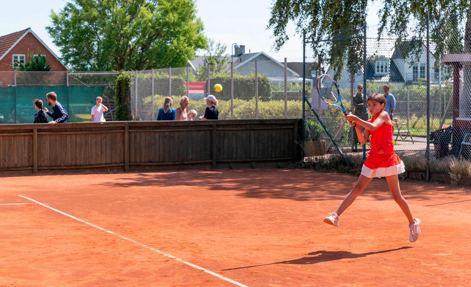 Der blev kæmpet bravt, da Dragør Tennis i weekenden i sjællandsmesterskabsregi lagde baner til mange spændende og velspillede kampe. Foto: TorbenStender.