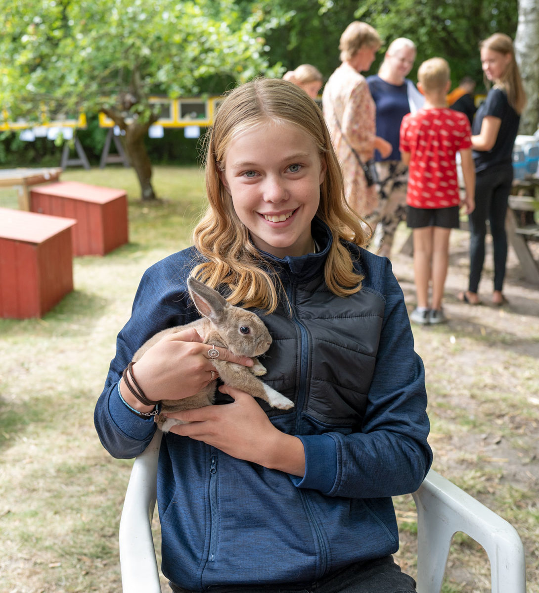 Sofie Gintberg med vinderkaninen Mikkel.