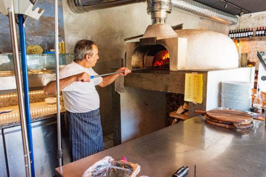 Pizzaovnen, der opvarmes med træ, når temperaturer mellem 390 og 420 grader. Foto: Hans Jacob Sørensen.