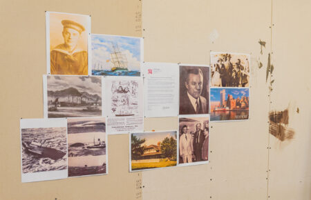 I arbejdsværelset hænger en række fotos, der har medvirket til inspiration til portrættet af Hans Isbrandtsen. Foto: Thomas Mose.