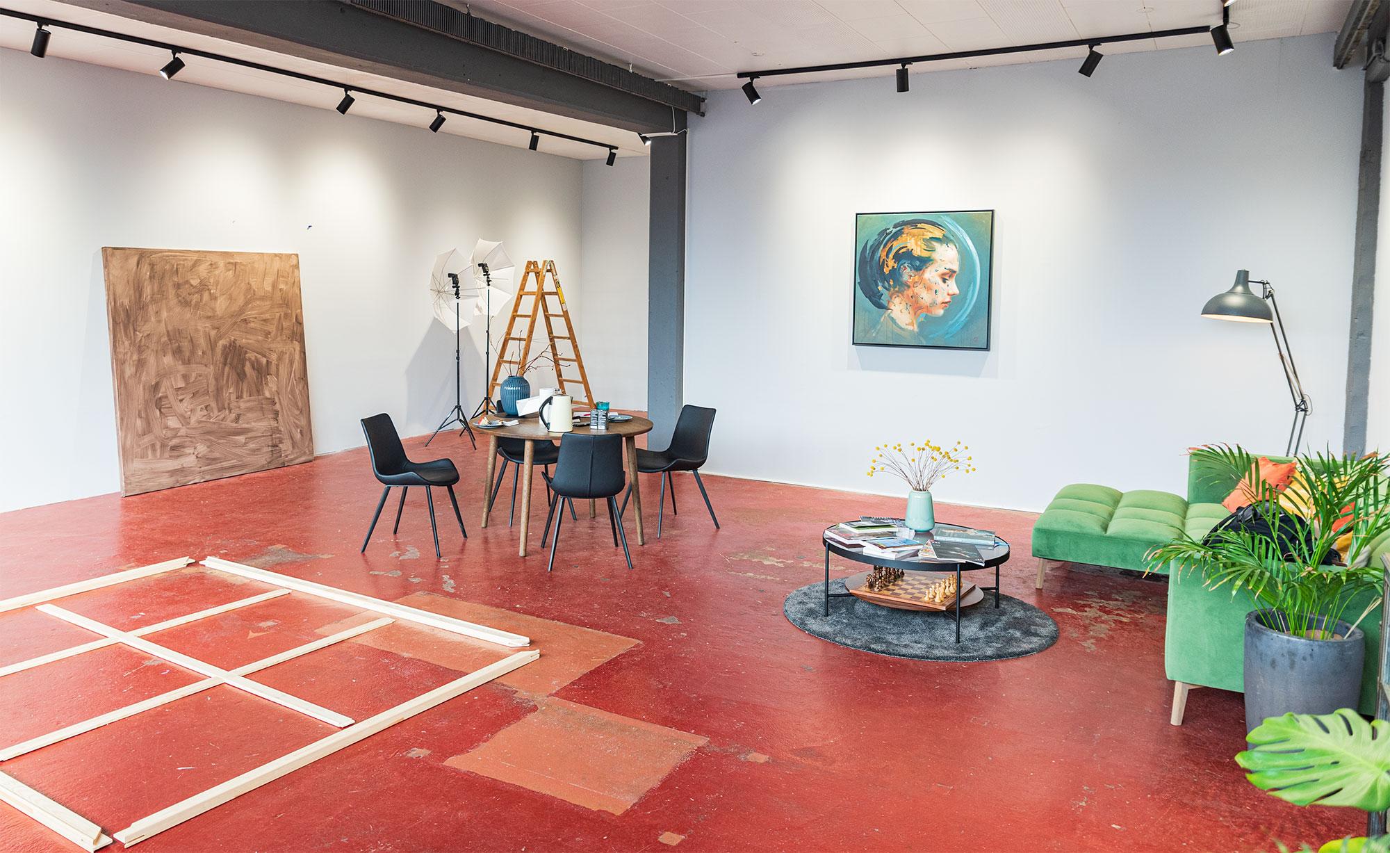 Niels Corfitzens stemningsfulde »galleri«. På gulvet ses en stor usamlet blindramme, som inden længe bliver til et nyt værk. Foto: Thomas Mose.