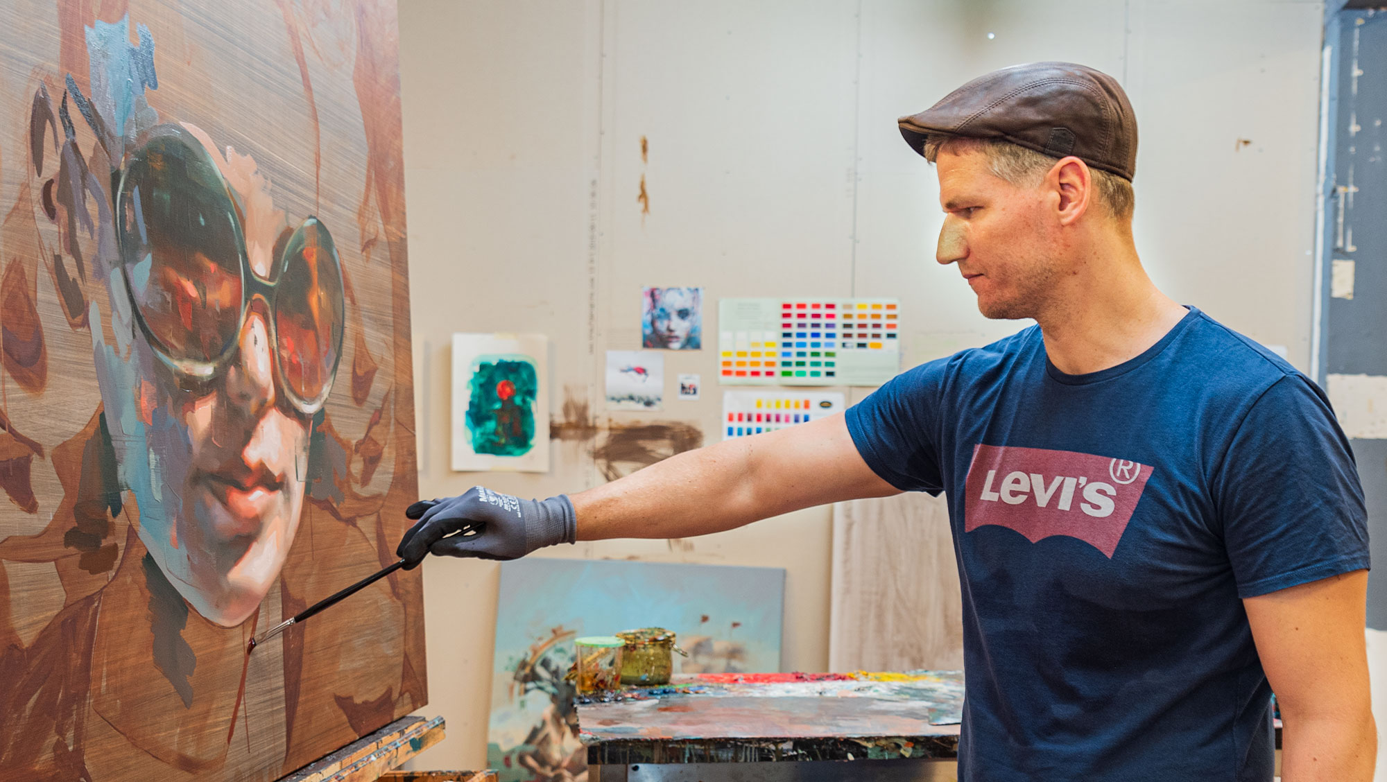 Niels Corfitzen arbejder på et nyt maleri. Foto: Thomas Mose.