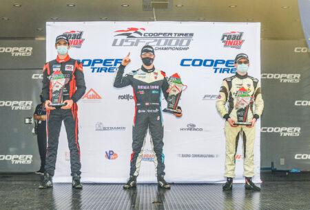 Christian Rasmussen (i midten) tager sæsonens syvende sejr. På podiet flankeres han af de to konkurrenter Michael d'Orlando (tv.) og Reece Gold (th.).
