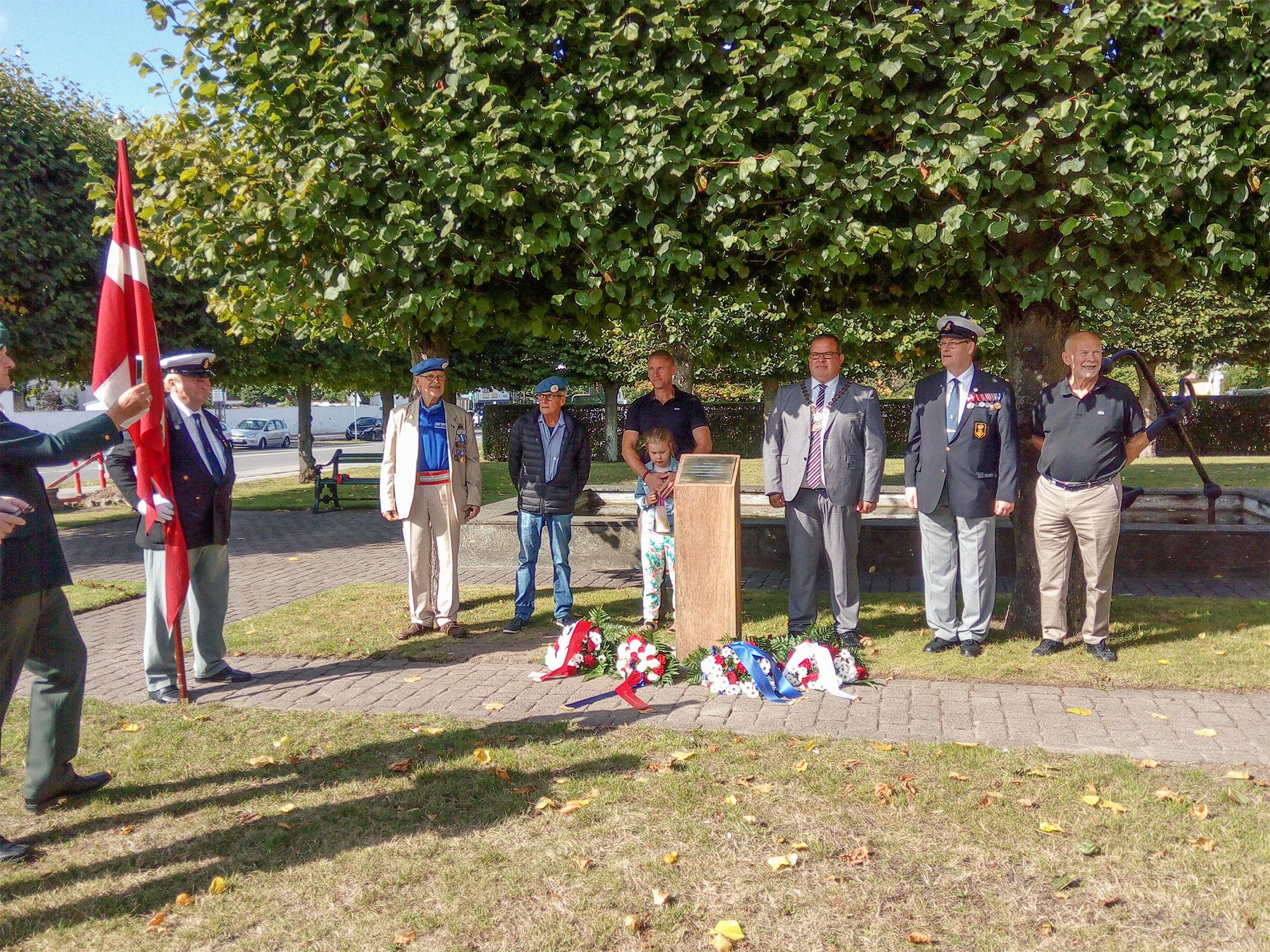 Lokale veteraner sammen med borgmester Eik Dahl Bidstrup og seniorsergent Søren Konradsen ved det nye mindesmærke.