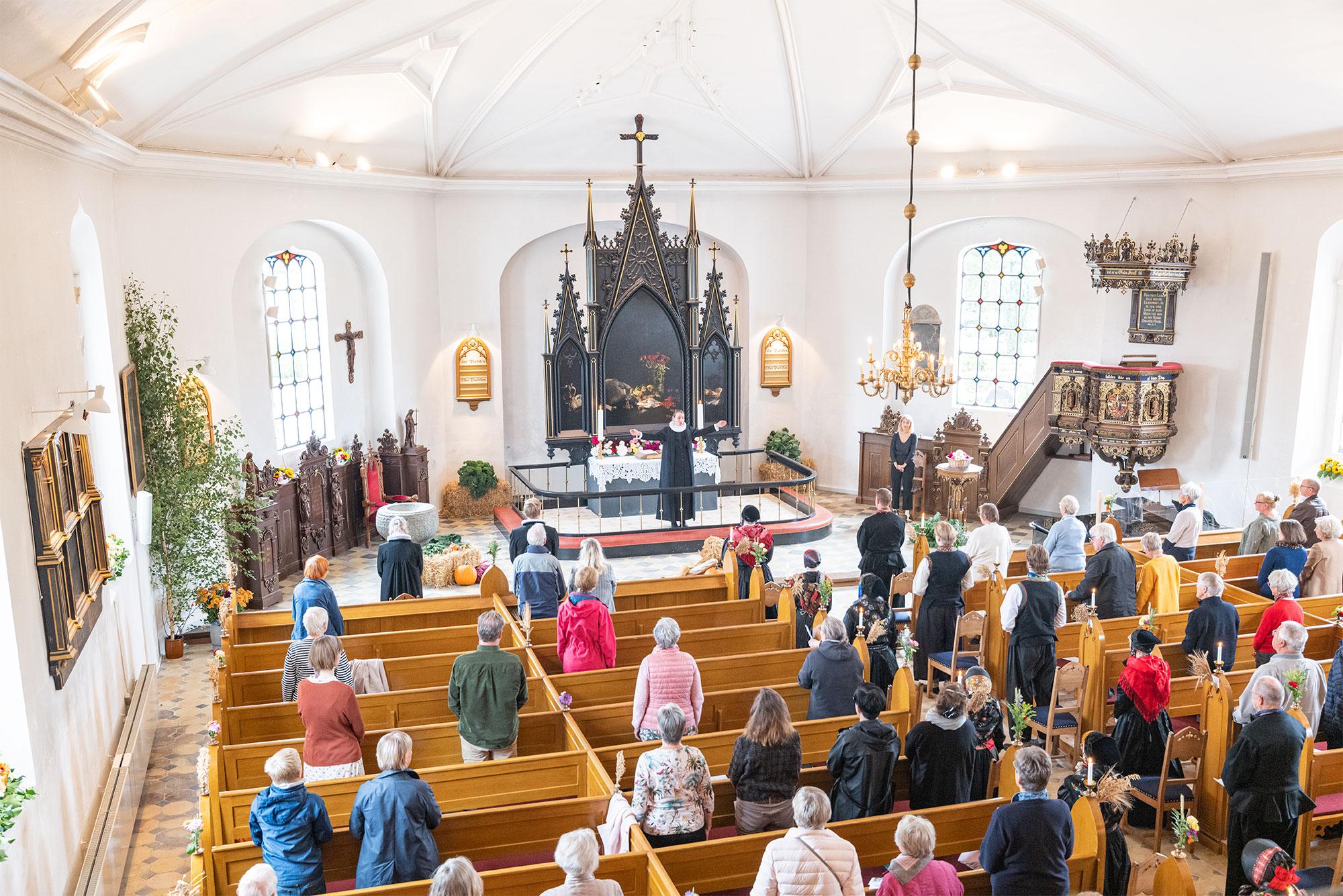Årets høstgudstjeneste i Store Magleby Kirke var – med afstand – velbesøgt. Foto: TorbenStender.