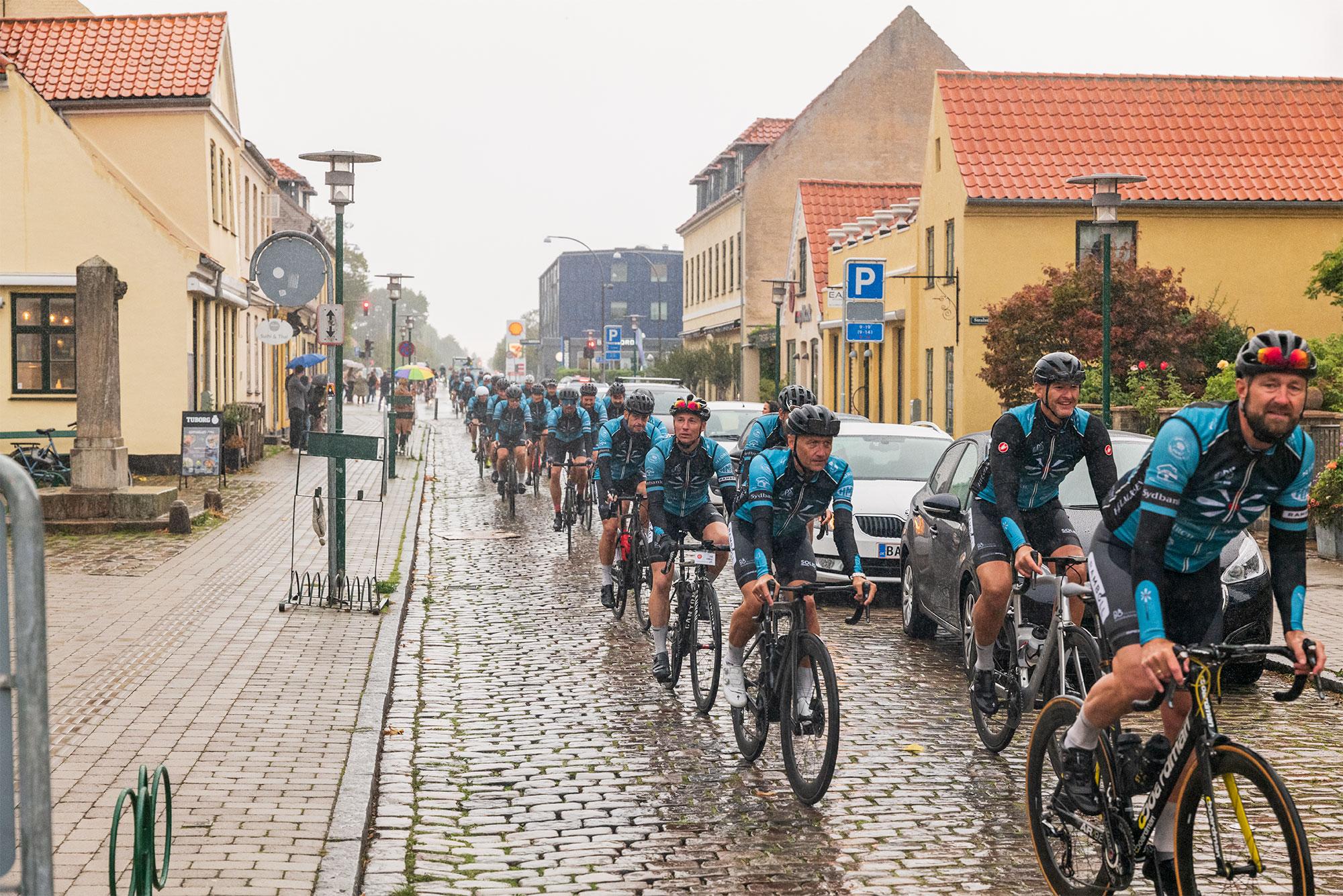 I et særarrangement for Stafet For Livet lørdag den 12. september ankom cykelryttere efter en længere køretur til Kongevejen i regn – megen regn. Foto: TorbenStender.