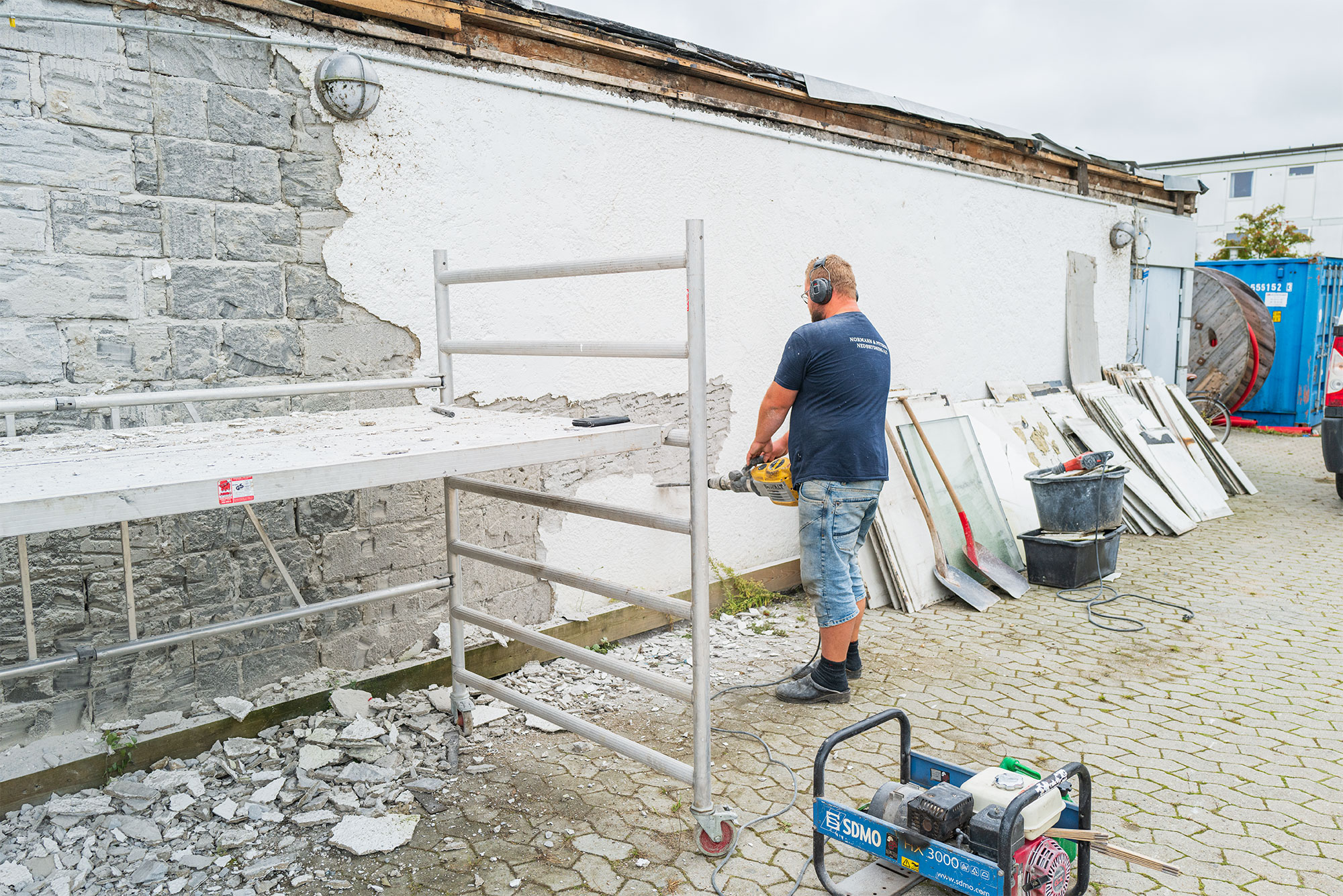 Nedbrydningen af den tidligere MENY-bygning på Krudttårnsvej er nu i fuld gang. Det foregår via en kontrolleret proces, hvor man, både før og medens bygningen nedrives, fjerner en lang række bygningsdele, således at de forskellige materialer kan bortskaffes i affaldsfraktioner. Fra Normann & Petersen Nedbrydning A/S, der står for arbejdet med at fjerne bygningen, forlyder det, at nedrivningen forventes at være afsluttet i løbet af oktober måned. Foto: TorbenStender.