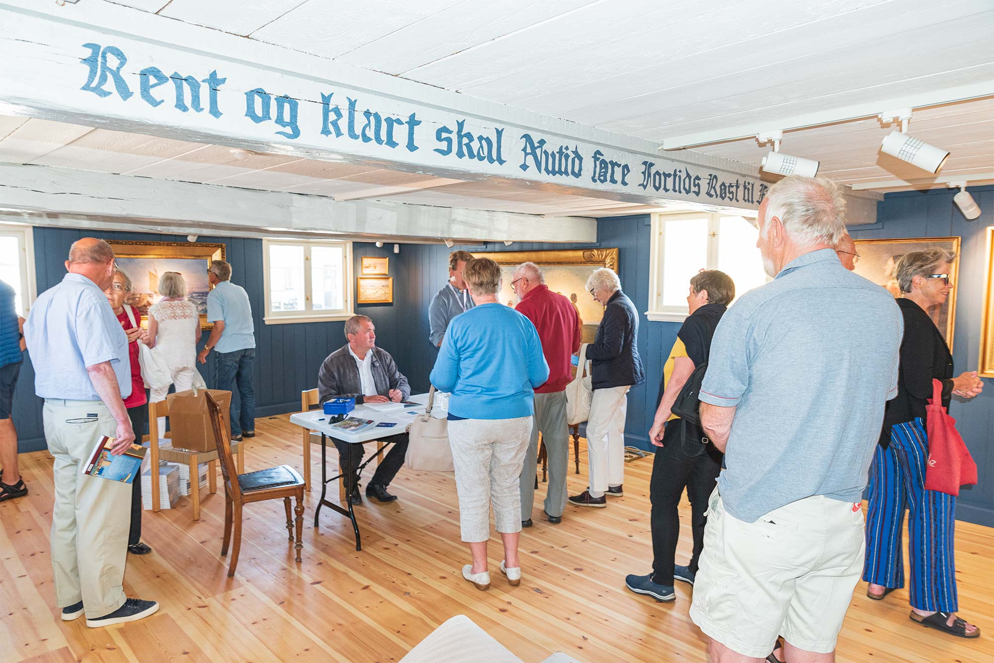 Søren Mentz i fuld gang med bogsignering på Dragør Museum. Foto: HAS.