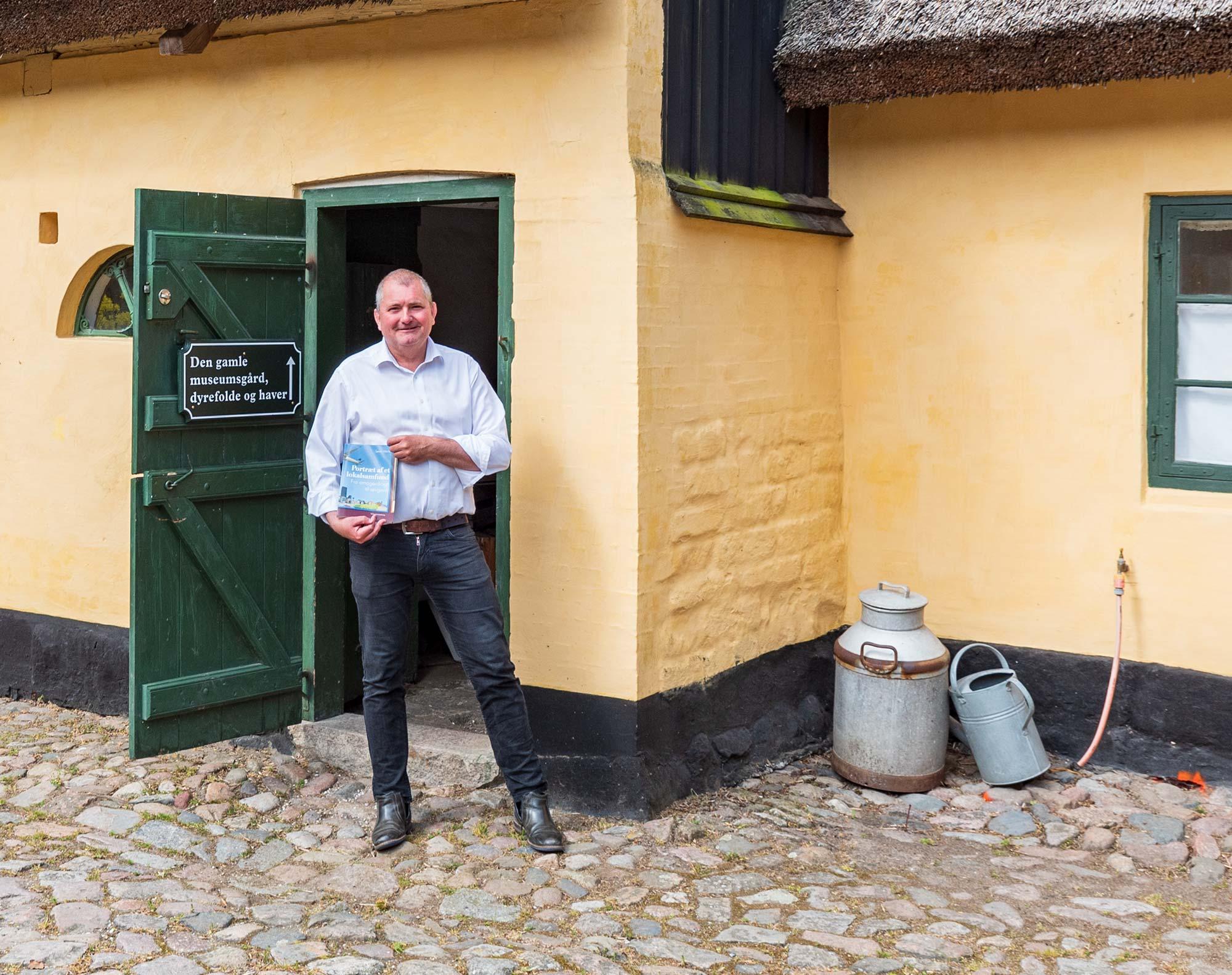 Museumsleder og forfatter Søren Mentz i sit rette element – i Amagermuseets skønne gård. Foto: HAS.