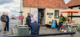 Byvandringerne starter ved det lille turistkontor på havnen. Foto: TorbenStender.