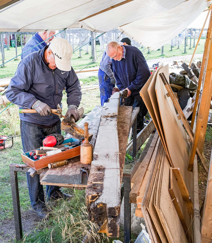 En gruppe af frivillige er ved at renovere den gamle lodsbåd Theatrum Elasticum underholder Amagermuseets gæster med dukketeater. Se mere på side 3. »Ravnen«. Foto: TorbenStender.