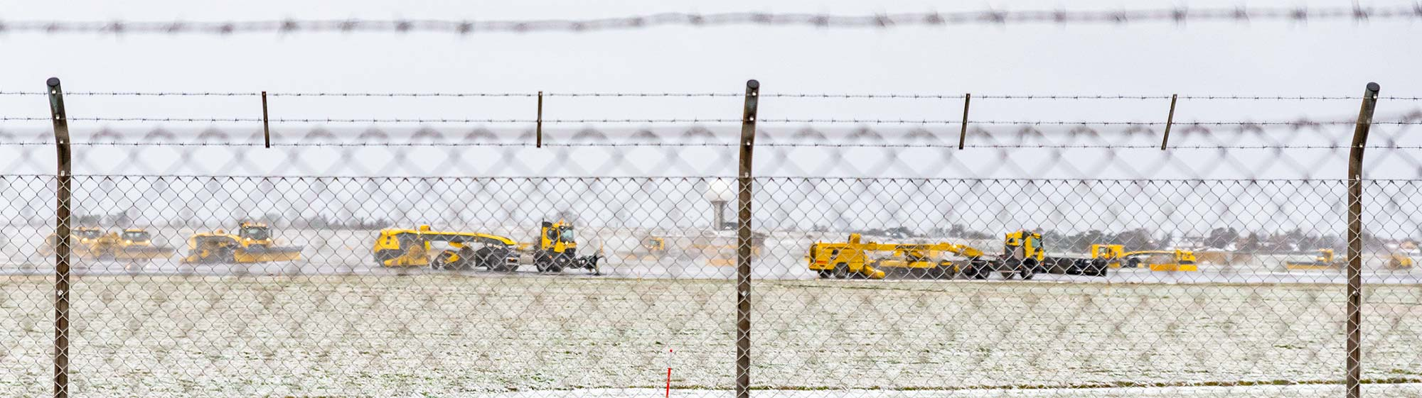 Gennem to hegn kunne man fra Store Magleby følge en større konvoj af i Københavns Lufthavns snerydningskøretøjer arbejde med at holde banerne klar til flytrafikken. Foto: Thomas Mose.