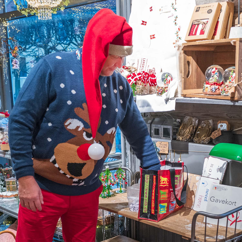 Julehumøret er højt, mens Levende Låger-vinderne trækkes. Foto: TorbenStender.