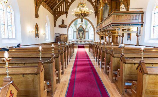 På trods af de nye restriktioner, der betyder, at der kun er plads til 30 personer i Dragør Kirke, var der i søndags stadig god plads. Foto: TorbenStender.