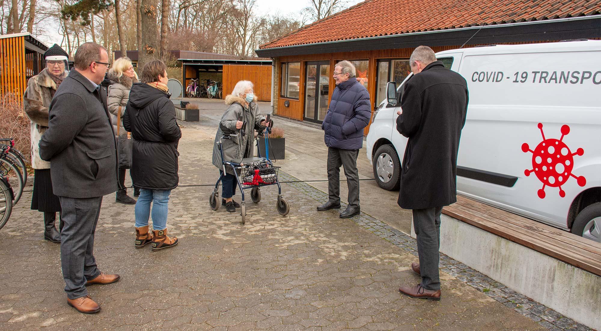 Der holdes pressemøde udenfor med behørig afstand. Foto: Hans Jacob Sørensen.